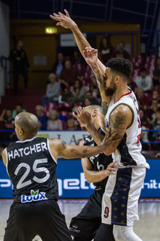 09/10/2018 - Austin Daye subisce fallo da Will Hatcher e Antonis Loniaris - UMANA REYER VENEZIA VS PAOK SALONICCO  - CHAMPIONS LEAGUE - BASKET