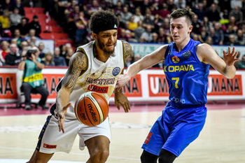 08/01/2019 - Deron Washington contrastato da Bukovjan Lukáš - REYER VENEZIA VS BK OPAVA - CHAMPIONS LEAGUE - BASKET
