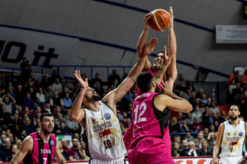 22/01/2019 - Anthony DiLeo recupera la palla ostacolato da Mitchell Watt - UMANA REYER VENEZIA VS TELEKOM BASKETS BONN - CHAMPIONS LEAGUE - BASKET