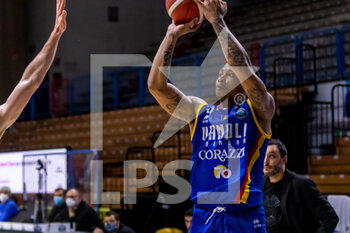 19/01/2021 - T.J. Williams (Vanoli Cremona) at throw - VANOLI CREMONA VS A|X ARMANI EXCHANGE MILANO - SERIE A - BASKET