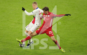 07/04/2021 - Mitchel Bakker of Paris Saint-Germain and Thomas Mueller of Bayern Munich during the UEFA Champions League, quarter final, 1st leg football match between Bayern Munich and Paris Saint-Germain on April 7, 2021 at Allianz Arena in Munich, Germany - Photo Marcel Engelbrecht / firo Sportphoto / DPPI - BAYERN MUNICH VS PARIS SAINT-GERMAIN - UEFA CHAMPIONS LEAGUE - CALCIO