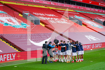 12/09/2020 - Leeds United huddle warming up during the English championship Premier League football match between Liverpool and Leeds United on September 12, 2020 at Anfield in Liverpool, England - Photo Malcolm Bryce / ProSportsImages / DPPI - LIVERPOOL VS LEEDS UNITED - ENGLISH PREMIER LEAGUE - CALCIO