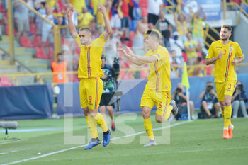 27/06/2019 - Romania´s George Puscas (L) jubilates with Ionut Nedelcearu (C) and Florin-Bogdan Stefan  (R) afters scoring header goal of 1 - 2  - UEFA EUROPEAN UNDER-21 CHAMPIONSHIP 2019 - SEMIFINALS MATCH BETWEEN GERMANY AND ROMANIA - INTERNAZIONALI - CALCIO