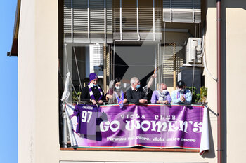 18/10/2020 - Fiorentina fans at the window of a building - ACF FIORENTINA FEMMINILE VS HELLAS VERONA WOMEN - SERIE A FEMMINILE - CALCIO