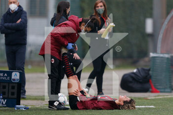 15/11/2020 - Valentina Giacinti (AC Milan) gets stretched by the medical staff after the substitution - AC MILAN VS AS ROMA - SERIE A FEMMINILE - CALCIO