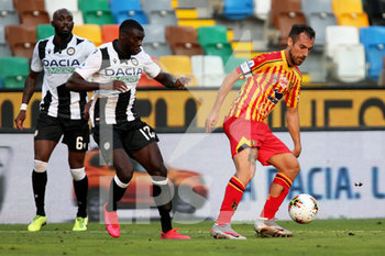 29/07/2020 - Udinese's Ken Sema (L) and Lecce's Marco Mancosu in action during the Italian Serie A soccer match Udinese Calcio vs US Lecce at the Friuli - Dacia Arena stadium in Udine, Italy, 29 July 2020. ANSA/GABRIELE MENIS - UDINESE VS LECCE - SERIE A - CALCIO