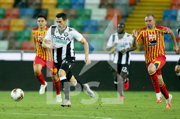29/07/2020 - Udinese's Kevin Lasagna (L) and Lecce's Fabio Lucioni in action during the Italian Serie A soccer match Udinese Calcio vs US Lecce at the Friuli - Dacia Arena stadium in Udine, Italy, 29 July 2020. ANSA/GABRIELE MENIS - UDINESE VS LECCE - SERIE A - CALCIO