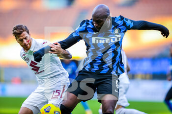 22/11/2020 - Romelu Lukaku of FC Internazionale fights for the ball against Cristian Ansaldi of Torino FC during the Serie A 2020/21 match between FC Internazionale vs Torino FC at the San Siro Stadium, Milan, Italy on November 22, 2020 - Photo FCI/Fabrizio Carabelli - INTER VS TORINO - SERIE A - CALCIO