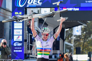 07/11/2020 - Ryan Kamp (NED) celebrates winning during the 2020 UEC Cyclo-Cross European Championships, Men Under 23, on november 7, 2020 in Rosmalen, The Netherlands - Photo Orange Pictures / DPPI - 2020 UEC CYCLO-CROSS EUROPEAN CHAMPIONSHIPS, MEN UNDER 23 - CICLOCROSS - CICLISMO