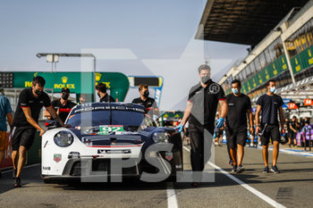 16/09/2020 - Christensen Michael (dnk), Estre Kevin (fra), Vanthoor Laurens (bel), Porsche GT Team, Porsche 911 RSR-19, ambiance during the scrutineering of the 2020 24 Hours of Le Mans, 7th round of the 2019...20 FIA World Endurance Championship on the Circuit des 24 Heures du Mans, from September 16 to 20, 2020 in Le Mans, France - Photo Fr.d.ric Le Floc...h / DPPI - 24 HOURS OF LE MANS 2020 - ENDURANCE - MOTORI