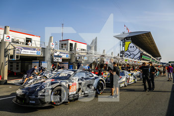 16/09/2020 - 88 Bastien Dominique (usa), De Leener Adrien (bel), Preining Thomas (aut), Dempsey-Proton Racing, Porsche 911 RSR, ambiance, family picture during the scrutineering of the 2020 24 Hours of Le Mans, 7th round of the 2019...20 FIA World Endurance Championship on the Circuit des 24 Heures du Mans, from September 16 to 20, 2020 in Le Mans, France - Photo Fr..d..ric Le Floc...h / DPPI - 24 HOURS OF LE MANS 2020 - ENDURANCE - MOTORI