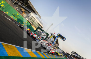 16/09/2020 - 04 Dillmann Tom (fra), Spengler Bruno (can), Webb Oliver (gbr), ByKolles Racing Team, ENSO CLM P1/01-Gibson,07 Conway Mike (gbr), Kobayashi Kamui (jpn), Lopez Jos.. Maria (arg), Toyota Gazoo Racing, Toyota TS050 Hybrid, action 08 Buemi S..bastien (swi), Hartley Brendon (nzl), Nakajima Kazuki (jpn), Toyota Gazoo Racing, Toyota TS050 Hybrid, family picture during the scrutineering of the 2020 24 Hours of Le Mans, 7th round of the 2019...20 FIA World Endurance Championship on the Circuit des 24 Heures du Mans, from September 16 to 20, 2020 in Le Mans, France - Photo Fr..d..ric Le Floc...h / DPPI - 24 HOURS OF LE MANS 2020 - ENDURANCE - MOTORI