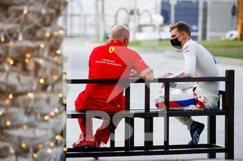 27/03/2021 - SCHUMACHER Mick (ger), Haas F1 Team VF-21 Ferrari, portrait in discussion with a Scuderia Ferrari Driver Academy person during Formula 1 Gulf Air Bahrain Grand Prix 2021 from March 26 to 28, 2021 on the Bahrain International Circuit, in Sakhir, Bahrain - Photo Florent Gooden / DPPI - FORMULA 1 GULF AIR BAHRAIN GRAND PRIX 2021 - FORMULA 1 - MOTORI