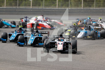 28/03/2021 - start, depart, 03 Zhou Guanyu (chn), UNI-Virtuosi Racing, Dallara F2, action, 09 Lundgaard Christian (dnk), ART Grand Prix, Dallara F2, action 04 Drugovich Felipe (bra), UNI-Virtuosi Racing, Dallara F2, action during the 1st round of the 2021 FIA Formula 2 Championship from March 26 to 28, 2021 on the Bahrain International Circuit, in Sakhir, Bahrain - Photo Frédéric Le Floc?h / DPPI - 1ST ROUND OF THE 2021 FIA FORMULA 2 CHAMPIONSHIP - FORMULA 2 - MOTORI