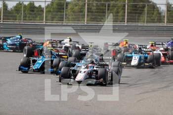 28/03/2021 - start, depart, 09 Lundgaard Christian (dnk), ART Grand Prix, Dallara F2, action 04 Drugovich Felipe (bra), UNI-Virtuosi Racing, Dallara F2, action during the 1st round of the 2021 FIA Formula 2 Championship from March 26 to 28, 2021 on the Bahrain International Circuit, in Sakhir, Bahrain - Photo Frédéric Le Floc?h / DPPI - 1ST ROUND OF THE 2021 FIA FORMULA 2 CHAMPIONSHIP - FORMULA 2 - MOTORI