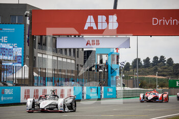 25/04/2021 - 36 Lotterer André (ger), TAG Heuer Porsche Formula E Team, Porsche 99X Electric, action 94 Lynn Alexandre (gbr), Mahindra Racing, Mahinda M7Electro, action chequered flag drapeau à damiers during the 2021 Valencia ePrix, 3rd meeting of the 2020-21 Formula E World Championship, on the Circuit Ricardo Tormo from April 23 to 25, in Valencia, Spain - Photo Germain Hazard / DPPI - 2021 VALENCIA EPRIX, 3RD MEETING OF THE 2020-21 FORMULA E WORLD CHAMPIONSHIP - FORMULA E - MOTORI