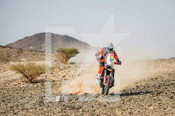 06/01/2021 - 05 Sunderland Sam (gbr), KTM, Red Bull KTM Factory Team, Moto, Bike, action during the 4th stage of the Dakar 2021 between Wadi Al Dawasir and Riyadh, in Saudi Arabia on January 6, 2021 - Photo Antonin Vincent / DPPI - DAKAR 2021 - 4TH STAGE - WADI AL DAWASIR - RIYADH - RALLY - MOTORI