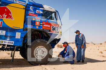 06/01/2021 - Prince KHALID BIN SULTAN AL-FAISAL AL SAUD, president of the Saudi Arabian Motor Federation, with the Kamaz - Master during the 4th stage of the Dakar 2021 between Wadi Al Dawasir and Riyadh, in Saudi Arabia on January 6, 2021 - Photo Florent Gooden / DPPI - DAKAR 2021 - 4TH STAGE - WADI AL DAWASIR - RIYADH - RALLY - MOTORI
