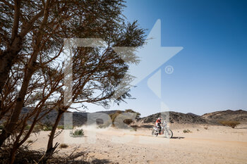 06/01/2021 - 100 Rossat Audrey (fra), KTM, Rossat Audrey, Moto, Bike, action during the 4th stage of the Dakar 2021 between Wadi Al Dawasir and Riyadh, in Saudi Arabia on January 6, 2021 - Photo Frédéric Le Floc'h / DPPI - DAKAR 2021 - 4TH STAGE - WADI AL DAWASIR - RIYADH - RALLY - MOTORI