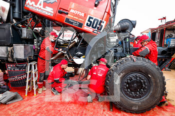09/01/2021 - Maz mechanic working on their trucks during the Rest Day of the Dakar 2021 in Ha'il, in Saudi Arabia on January 9, 2021 - Photo Frédéric Le Floc'h / DPPI - DAKAR 2021 - REST DAY - RALLY - MOTORI