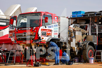 09/01/2021 - Hino mechanics working on their truck during the Rest Day of the Dakar 2021 in Ha'il, in Saudi Arabia on January 9, 2021 - Photo Frédéric Le Floc'h / DPPI - DAKAR 2021 - REST DAY - RALLY - MOTORI