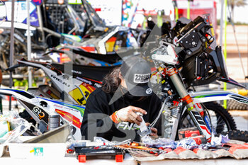 09/01/2021 - FN Speed KTM Team mechanic working on their bike during the Rest Day of the Dakar 2021 in Ha'il, in Saudi Arabia on January 9, 2021 - Photo Frédéric Le Floc'h / DPPI - DAKAR 2021 - REST DAY - RALLY - MOTORI