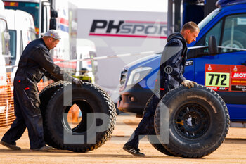 09/01/2021 - Mechanics, tyre during the Rest Day of the Dakar 2021 in Ha'il, in Saudi Arabia on January 9, 2021 - Photo Frédéric Le Floc'h / DPPI - DAKAR 2021 - REST DAY - RALLY - MOTORI