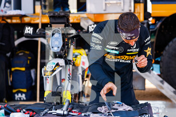 09/01/2021 - Husqvarna mechanic working on their bike during the Rest Day of the Dakar 2021 in Ha'il, in Saudi Arabia on January 9, 2021 - Photo Frédéric Le Floc'h / DPPI - DAKAR 2021 - REST DAY - RALLY - MOTORI