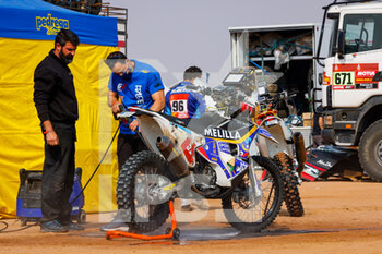 09/01/2021 - Melilla Sport Capital, Original by Motul, Moto, Bike washing their bike during the Rest Day of the Dakar 2021 in Ha'il, in Saudi Arabia on January 9, 2021 - Photo Frédéric Le Floc'h / DPPI - DAKAR 2021 - REST DAY - RALLY - MOTORI