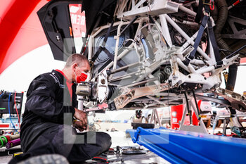 09/01/2021 - BRX mechanic at work in the bivouac during the Rest Day of the Dakar 2021 in Ha'il, in Saudi Arabia on January 9, 2021 - Photo Antonin Vincent / DPPI - DAKAR 2021 - REST DAY - RALLY - MOTORI