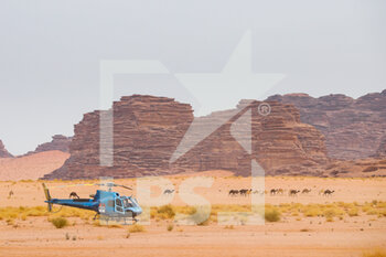 13/01/2021 - helico and camels, landscape, paysage during the 10th stage of the Dakar 2021 between Neom and Al-Ula, in Saudi Arabia on January 13, 2021 - Photo Antonin Vincent / DPPI - 10TH STAGE OF THE DAKAR 2021 BETWEEN NEOM AND ALULA - RALLY - MOTORI