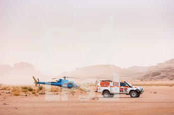 13/01/2021 - helico and tv organization car during the 10th stage of the Dakar 2021 between Neom and Al-Ula, in Saudi Arabia on January 13, 2021 - Photo Antonin Vincent / DPPI - 10TH STAGE OF THE DAKAR 2021 BETWEEN NEOM AND ALULA - RALLY - MOTORI