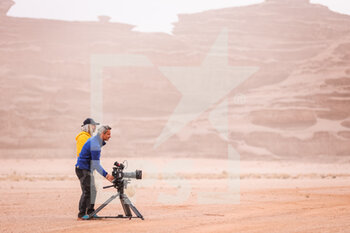 13/01/2021 - TV, cameraman during the 10th stage of the Dakar 2021 between Neom and Al-Ula, in Saudi Arabia on January 13, 2021 - Photo Antonin Vincent / DPPI - 10TH STAGE OF THE DAKAR 2021 BETWEEN NEOM AND ALULA - RALLY - MOTORI