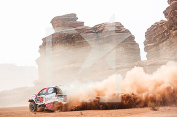 13/01/2021 - 304 De Villiers Giniel (zaf), Haro Bravo Alex (esp), Toyota, Toyota Gazoo Racing, Auto, action during the 10th stage of the Dakar 2021 between Neom and Al-Ula, in Saudi Arabia on January 13, 2021 - Photo Antonin Vincent / DPPI - 10TH STAGE OF THE DAKAR 2021 BETWEEN NEOM AND ALULA - RALLY - MOTORI