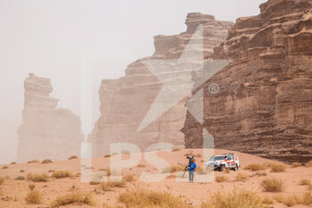 13/01/2021 - TV Crew during the 10th stage of the Dakar 2021 between Neom and Al-Ula, in Saudi Arabia on January 13, 2021 - Photo Florent Gooden / DPPI - 10TH STAGE OF THE DAKAR 2021 BETWEEN NEOM AND ALULA - RALLY - MOTORI