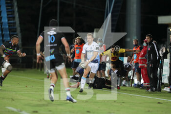 02/10/2020 - Hallam Amos (Cardiff) looks for support while carries the ball - ZEBRE VS CARDIFF BLUES - GUINNESS PRO 14 - RUGBY