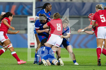 03/04/2021 - Siwan Lillicrap of Wales is tackled by Annaelle Deshayes, Agathe Sochat and Gaelle Hermet (7) of France during the 2021 Women's Six Nations, rugby union match between France and Wales on April 3, 2021 at La Rabine stadium in Vannes, France - Photo Damien Kilani / DK Prod / DPPI - SEI NAZIONI FEMMINILE 2021 - FRANCIA VS GALLES - 6 NAZIONI - RUGBY
