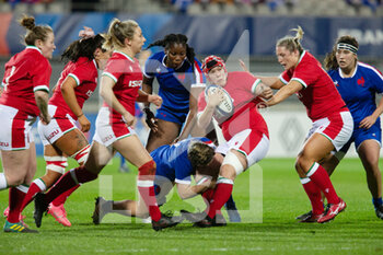 03/04/2021 - Donna Rose of Wales tackled by Agathe Sochat of France during the 2021 Women's Six Nations, rugby union match between France and Wales on April 3, 2021 at La Rabine stadium in Vannes, France - Photo Damien Kilani / DK Prod / DPPI - SEI NAZIONI FEMMINILE 2021 - FRANCIA VS GALLES - 6 NAZIONI - RUGBY