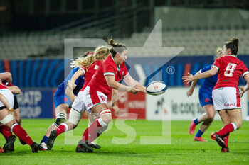 03/04/2021 - Siwan Lillicrap of Wales passes the ball to Jess Roberts during the 2021 Women's Six Nations, rugby union match between France and Wales on April 3, 2021 at La Rabine stadium in Vannes, France - Photo Damien Kilani / DK Prod / DPPI - SEI NAZIONI FEMMINILE 2021 - FRANCIA VS GALLES - 6 NAZIONI - RUGBY