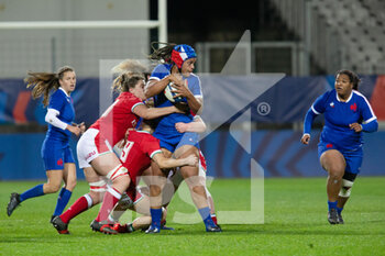 03/04/2021 - Safi N'Diaye of France is tackled by Natalia John, Bethan Dainton of Wales during the 2021 Women's Six Nations, rugby union match between France and Wales on April 3, 2021 at La Rabine stadium in Vannes, France - Photo Damien Kilani / DK Prod / DPPI - SEI NAZIONI FEMMINILE 2021 - FRANCIA VS GALLES - 6 NAZIONI - RUGBY