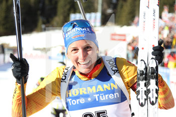 18/02/2020 - Vanessa HINZ (GER) seconda classificata al traguardo - IBU WORLD CUP BIATHLON 2020 - 15 KM INDIVIDUALE FEMMINILE - BIATHLON - SPORT INVERNALI