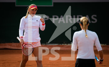 03/10/2020 - Kristina Mladenovic of France and Timea Babos of Hungary playing doubles at the Roland Garros 2020, Grand Slam tennis tournament, on October 3, 2020 at Roland Garros stadium in Paris, France - Photo Rob Prange / Spain DPPI / DPPI - ROLAND GARROS 2020, GRAND SLAM TOURNAMENT - INTERNAZIONALI - TENNIS