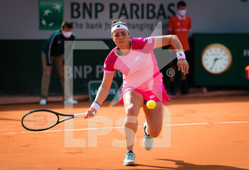 03/10/2020 - Ons Jabeur of Tunisia in action against Aryna Sabalenka of Belarus during the third round at the Roland Garros 2020, Grand Slam tennis tournament, on October 3, 2020 at Roland Garros stadium in Paris, France - Photo Rob Prange / Spain DPPI / DPPI - ROLAND GARROS 2020, GRAND SLAM TOURNAMENT - INTERNAZIONALI - TENNIS