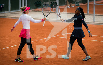 03/10/2020 - Cori Gauff and Catherine McNally of the United States playing doubles at the Roland Garros 2020, Grand Slam tennis tournament, on October 3, 2020 at Roland Garros stadium in Paris, France - Photo Rob Prange / Spain DPPI / DPPI - ROLAND GARROS 2020, GRAND SLAM TOURNAMENT - INTERNAZIONALI - TENNIS