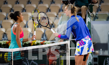 03/10/2020 - Leylah Fernandez of Canada and Petra Kvitova of the Czech Republic during the third round at the Roland Garros 2020, Grand Slam tennis tournament, on October 3, 2020 at Roland Garros stadium in Paris, France - Photo Rob Prange / Spain DPPI / DPPI - ROLAND GARROS 2020, GRAND SLAM TOURNAMENT - INTERNAZIONALI - TENNIS
