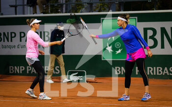 03/10/2020 - Aryna Sabalenka of Belarus and Elise Mertens of Belgium playing doubles at the Roland Garros 2020, Grand Slam tennis tournament, on October 3, 2020 at Roland Garros stadium in Paris, France - Photo Rob Prange / Spain DPPI / DPPI - ROLAND GARROS 2020, GRAND SLAM TOURNAMENT - INTERNAZIONALI - TENNIS