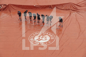 05/10/2020 - Clay gardeners of Suzanne Lenglen stadium are removed the water of the tarpaulin during the Roland Garros 2020, Grand Slam tennis tournament, on October 5, 2020 at Roland Garros stadium in Paris, France - Photo Stephane Allaman / DPPI - ROLAND GARROS 2020, GRAND SLAM TOURNAMENT - INTERNAZIONALI - TENNIS
