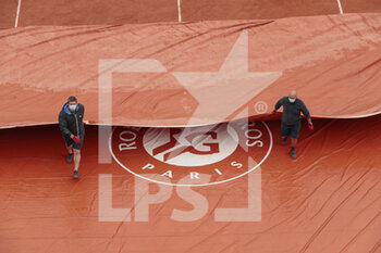 05/10/2020 - Clay gardeners of Suzanne Lenglen stadium removed the the tarpaulin during the Roland Garros 2020, Grand Slam tennis tournament, on October 5, 2020 at Roland Garros stadium in Paris, France - Photo Stephane Allaman / DPPI - ROLAND GARROS 2020, GRAND SLAM TOURNAMENT - INTERNAZIONALI - TENNIS