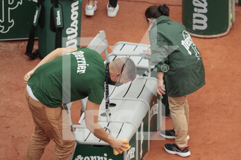 05/10/2020 - Assistant cleaned the seats of players from water and Covid19 during the Roland Garros 2020, Grand Slam tennis tournament, on October 5, 2020 at Roland Garros stadium in Paris, France - Photo Stephane Allaman / DPPI - ROLAND GARROS 2020, GRAND SLAM TOURNAMENT - INTERNAZIONALI - TENNIS