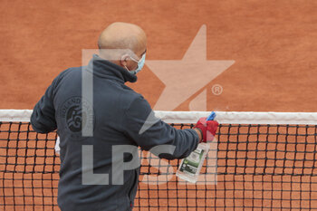 05/10/2020 - Gardner assistant of net cleaned the net on Suzanne Lenglen stadium during the Roland Garros 2020, Grand Slam tennis tournament, on October 5, 2020 at Roland Garros stadium in Paris, France - Photo Stephane Allaman / DPPI - ROLAND GARROS 2020, GRAND SLAM TOURNAMENT - INTERNAZIONALI - TENNIS